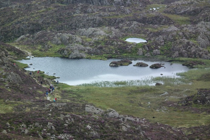 Rush hour at Inominate Tarn. (15 people in shot).